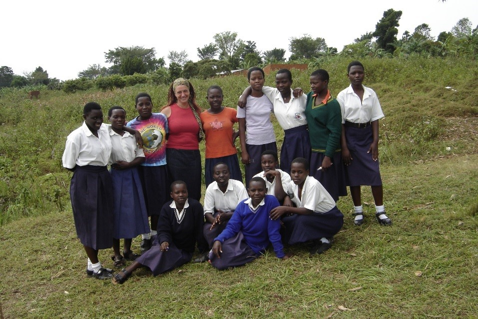 Shelly Jones avec une groupe de fille en Ouganda